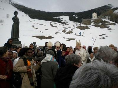 Les pèlerins devant la statut de Notre-Dame de la Salette