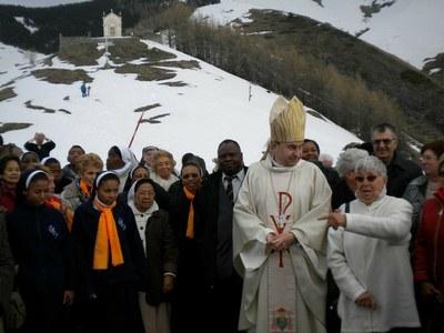 Mgr Pascal Delannoy avec les pèlerins