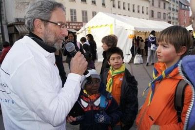 Paul, animateur, interroge les enfants sur la solidarité