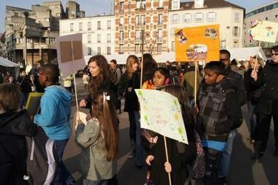 Petits et grands défilent dans la ville de Saint-Denis