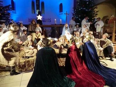 Arrivée des Rois Mages suivi des Prêtre et du Diacre