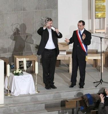 Mgr Pascal Delannoy reçoit le clé de la nouvelle église par le maire