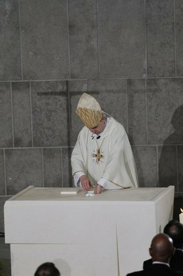 Mgr Pascal Delannoy pose la relique de Saint-Denys sur l'autel