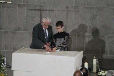 Deux générations cimentent la relique de Saint-Denys sur l'autel