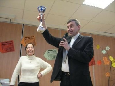 Mgr Pascal Delannoy montre la coupe aux enfants