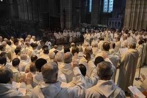 Les prêtres étendent la main droite vers le Chrême