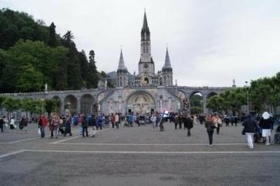 Préparation de la la procession du Saint-Sacrement...