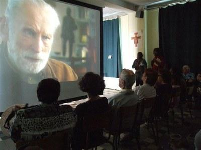 Durant la pause, un film sur la vie de Jean-Paul II est projeté