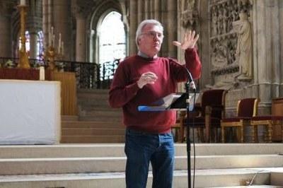 Gérard Lutrot, directeur des pèlerinages, donne quelques consignes avant le départ...