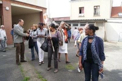 Pause réconfort après la marche... la père Benoît Aubert accueille les pèlerins