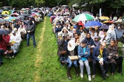La messe... des centaines de personnes ont bravé la pluie