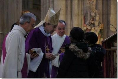 Accompagnés de leur parrain ou leur marraine, chaque catéchumène est présenté à l'évêque