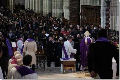 Chaque catéchumène reçoit de l'évêque une écharpe violette, couleur du Carême