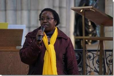 Colette, déléguée diocésaine au catéchuménat, présente à l'évêque la demande des catéchumènes