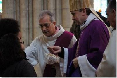 Le parrain ou la marraine prononce à l'évêque le prénom de son/a filleul/e
