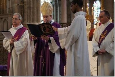 Mgr Pascal Delannoy s'adresse aux catéchumènes, aux parrains et marraines, aux accompagnateurs