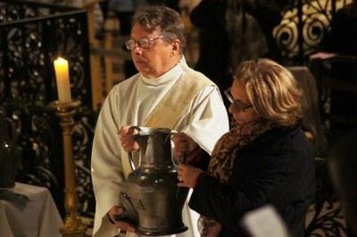 L'huile des malades est portée en procession...