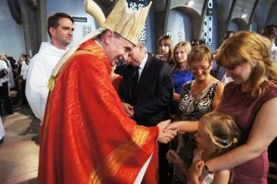 Le père Pascal salue les familles
