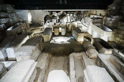 11-Reflets dans la crypte de la lumière traversant l'autel - © G. Poli-Ciric
