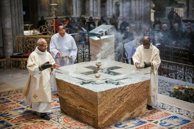 8-Encensement de  l'autel - © G. Poli-Ciric